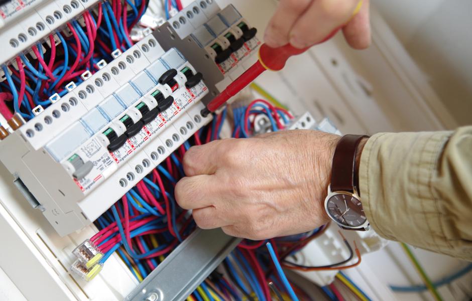 électricien montant un tableau électrique